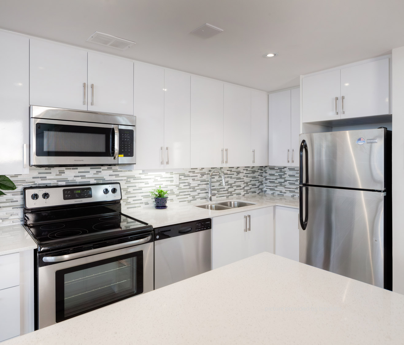 Apartments For Rent Toronto: 45 Balliol St, TORONTO , ON : 1 Bedroom For Rent