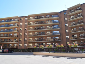 Rental High-rise 105 Allan St, Oakville, ON